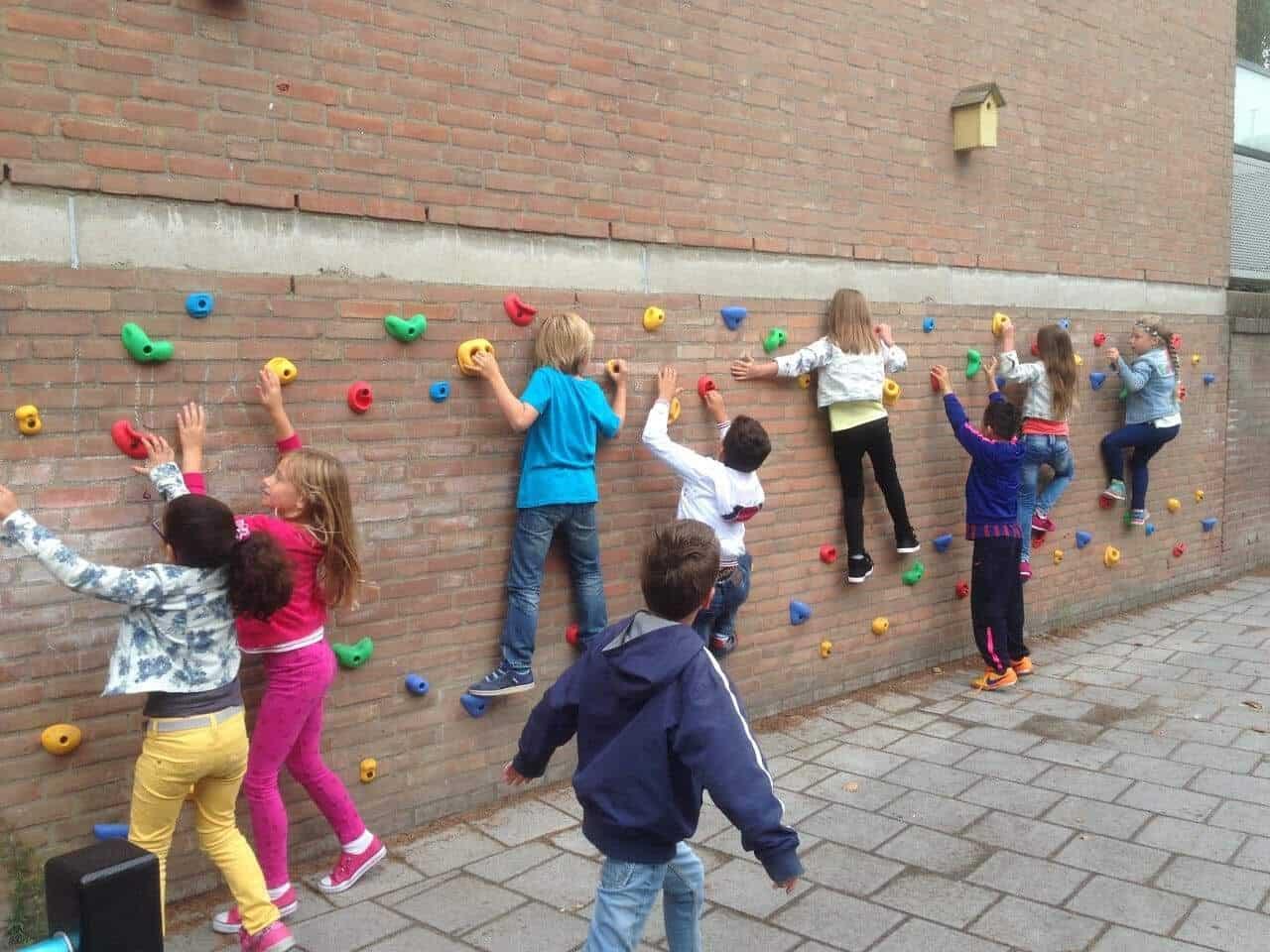 Klimwand op het schoolplein